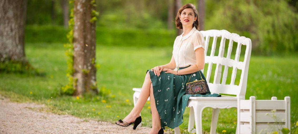Es grünt so Grün: Klassisches Retro-Outfit für den Frühling mit weißer Bluse & grünem Rock
