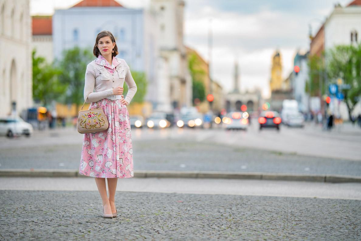 Vintage-Mode-Bloggerin RetroCat mit einem Retro-Outfit in München