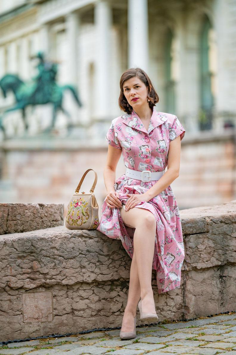 RetroCat mit einem rosa Retro-Kleid und eleganten Nahtstrümpfen von Secrets in Lace - Europe