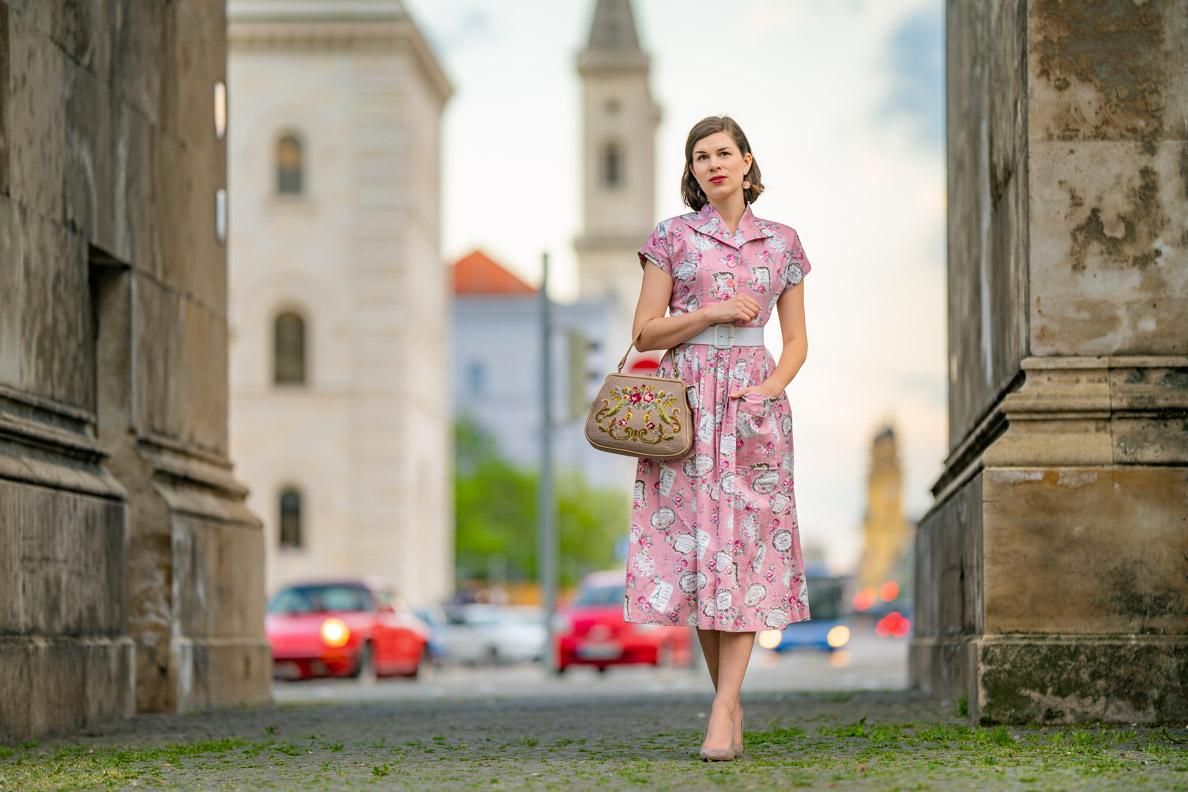 """RetroCat mit dem Kitty Dress """"Perfume Pink"""" von Vivien of Holloway"""
