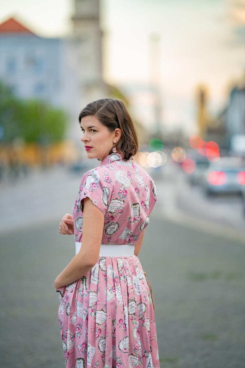 Fashion-Bloggerin RetroCat mit einem rosa Kleid von Vivien of Holloway in München