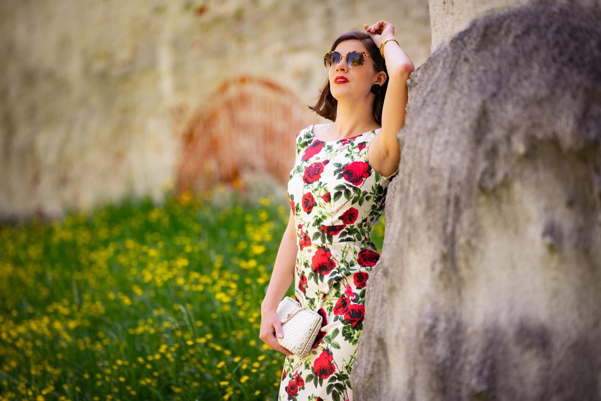 RetroCat mit Rosen-Kleid und einer Vintage-Korbtasche