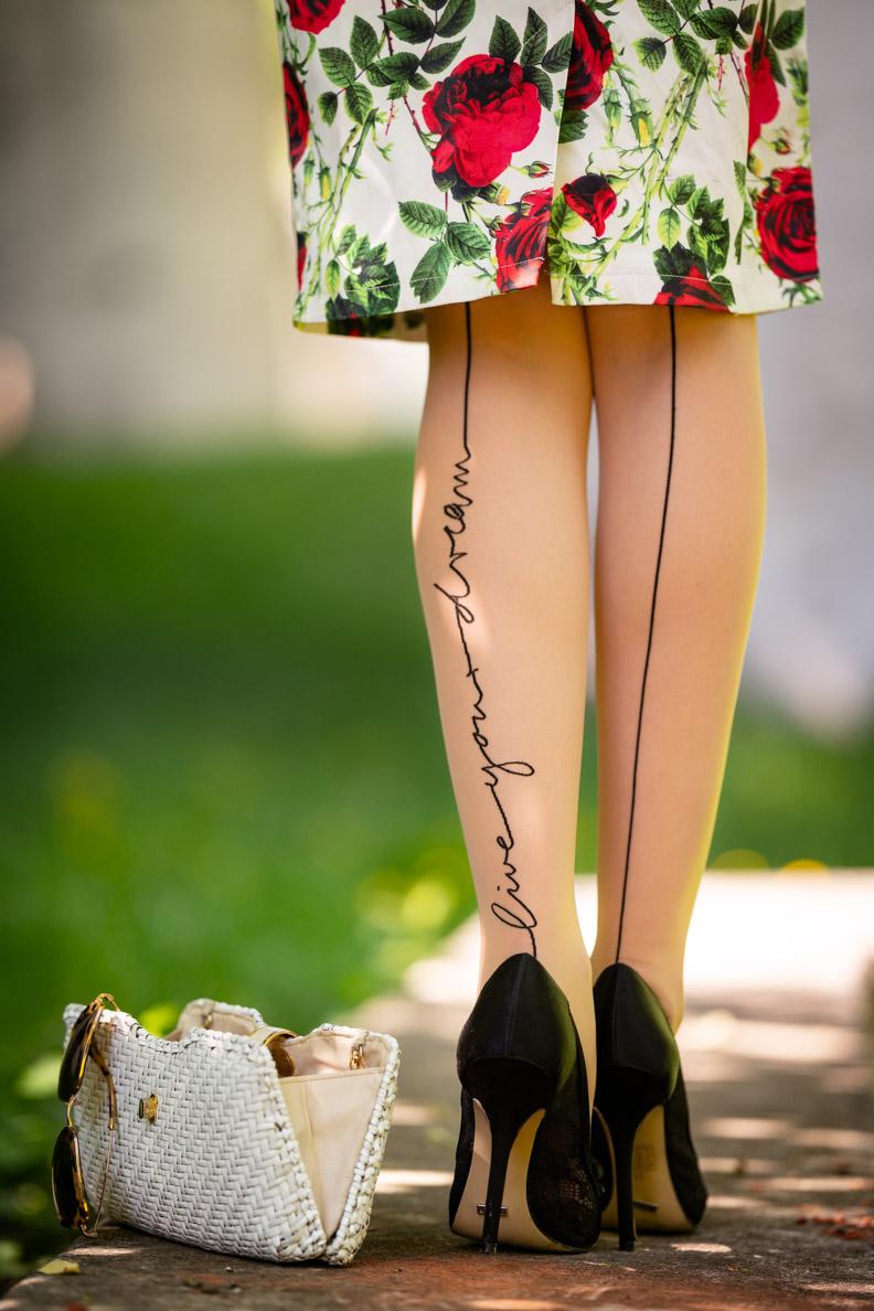 """Vintage-Bloggerin RetroCat mit Rosen-Kleid und der """"live your dream"""" Strumpfhose von Wolford"""