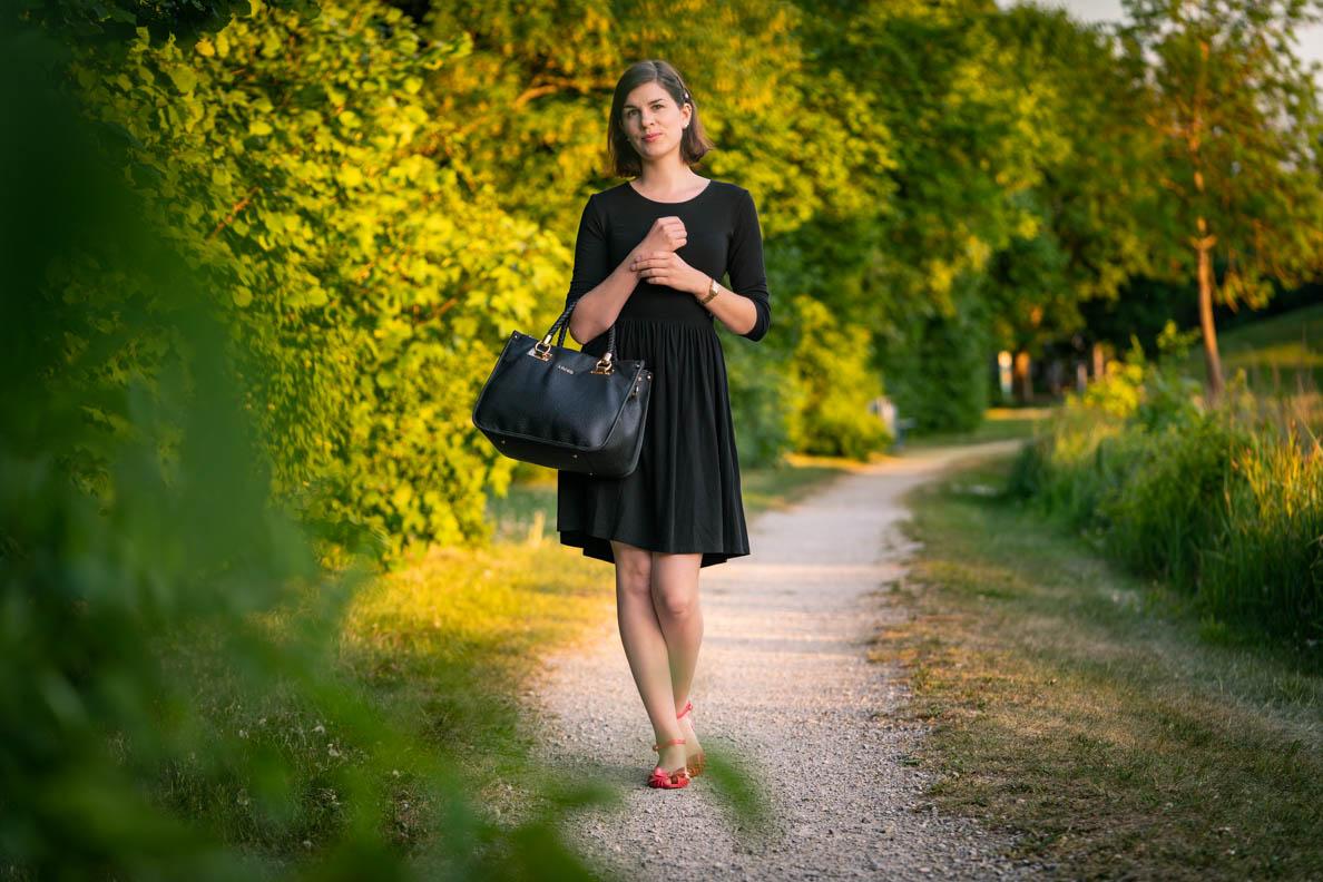 RetroCat in einem bequemen Jerseykleid beim Spaziergengehen im Park