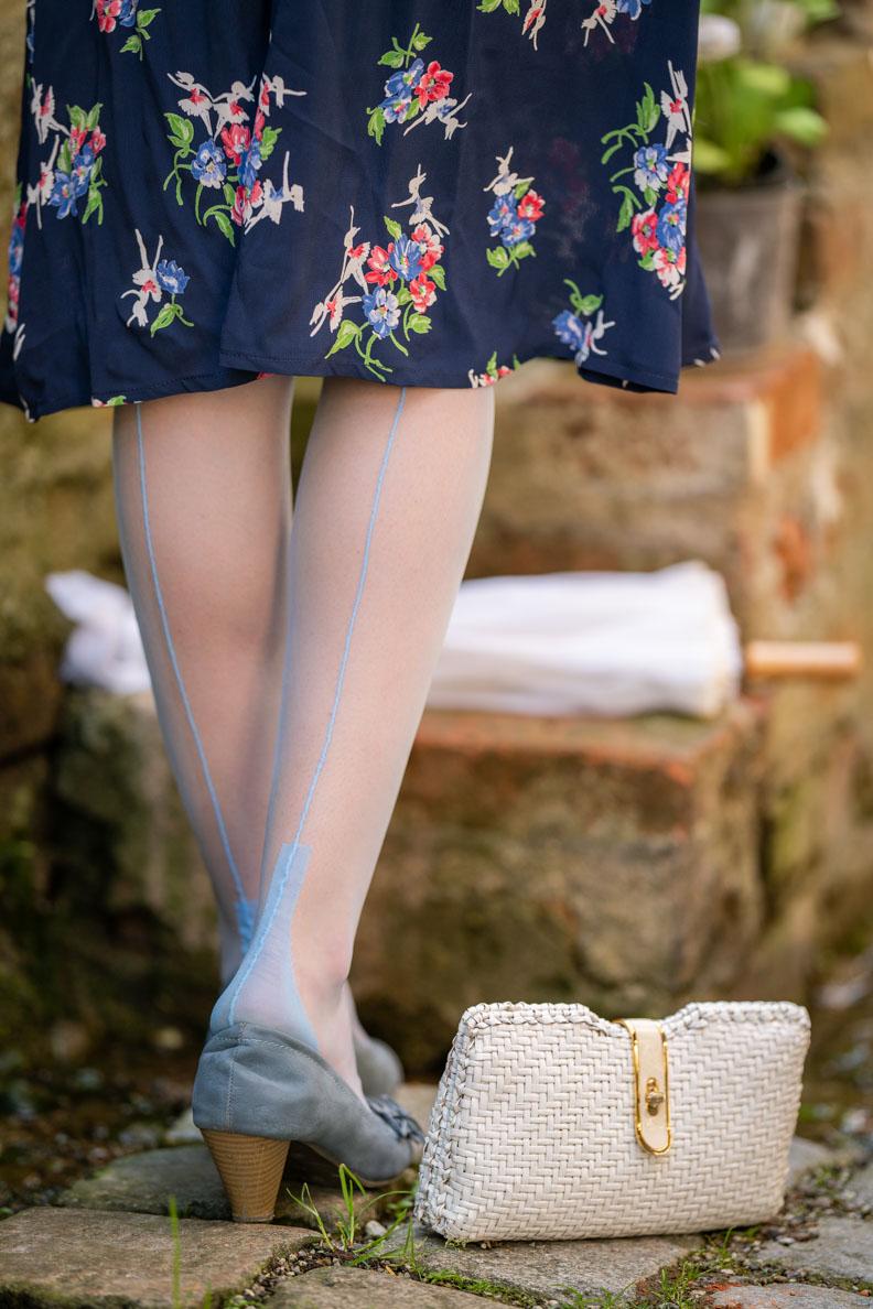 Sandra vom Vintage-Blog RetroCat mit blauen Nahtstrümpfen aus Nylon von Secrets in Lace
