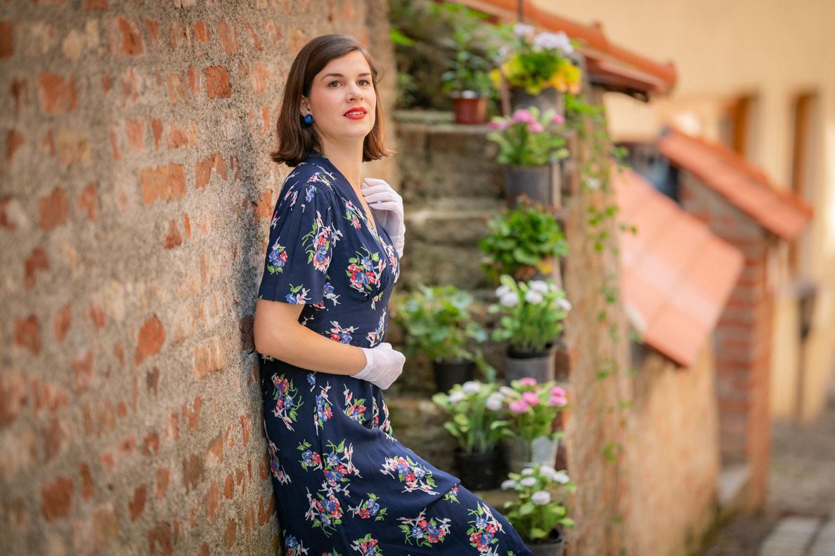 Vintage-Bloggerin RetroCat mit blauem Kleid und klassischem Retro-Make-up