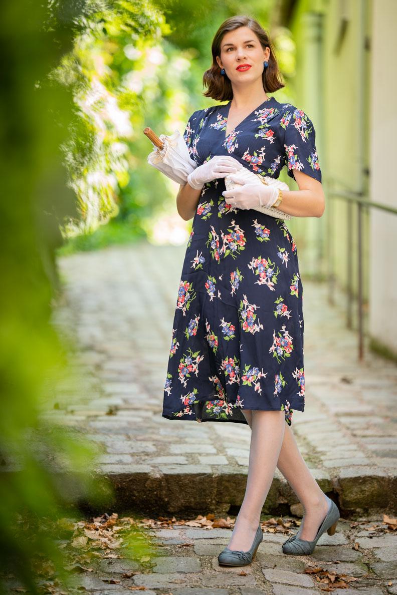 Sandra vom Vintage-Blog RetroCat mit einem dunkelblauen Retro-Kleid von The Seamstress of Bloomsbury