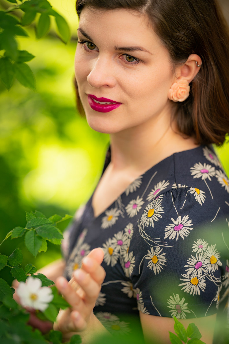 Beauty-Bloggerin RetroCat mit einem farbenfrohen Retro-Make-up für den Sommer