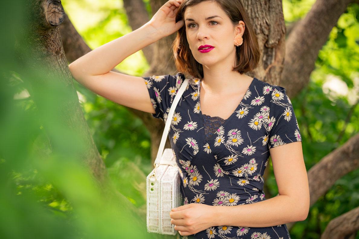 Bloggerin RetroCat mit einem Frühlings-Make-up und lila Lippenstift