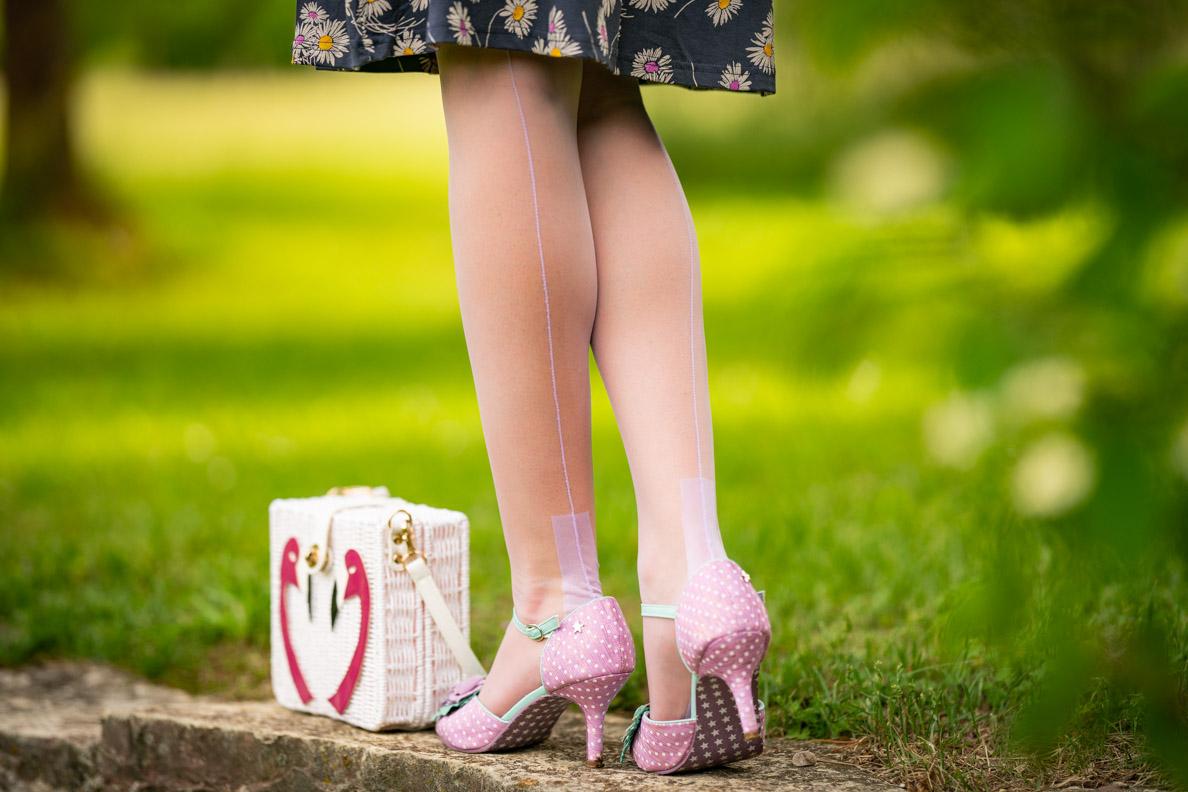 RetroCat mit den lila Premier European Heel Strümpfen in lila von Secrets in Lace und Flamingo-Tasche