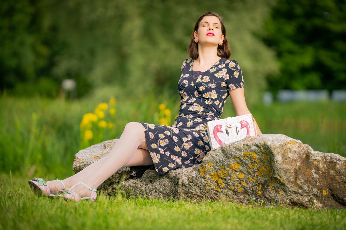 Vintage-Mode-Bloggerin RetroCat mit einem Blumenkleid von Vive Maria