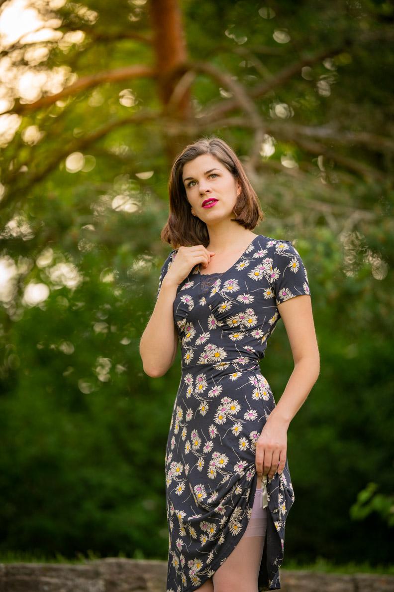 Vintage-Bloggerin RetroCat mit Blumenkleid und lila Strümpfen von Secrets in Lace - Europe
