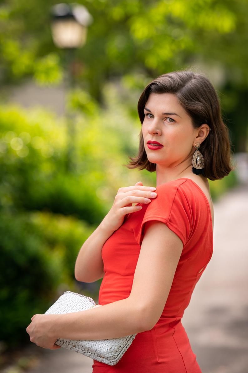 Vintage-Mode-Bloggerin RetroCat mit Ethno-Ohrringen und einer Vintage-Korbtasche