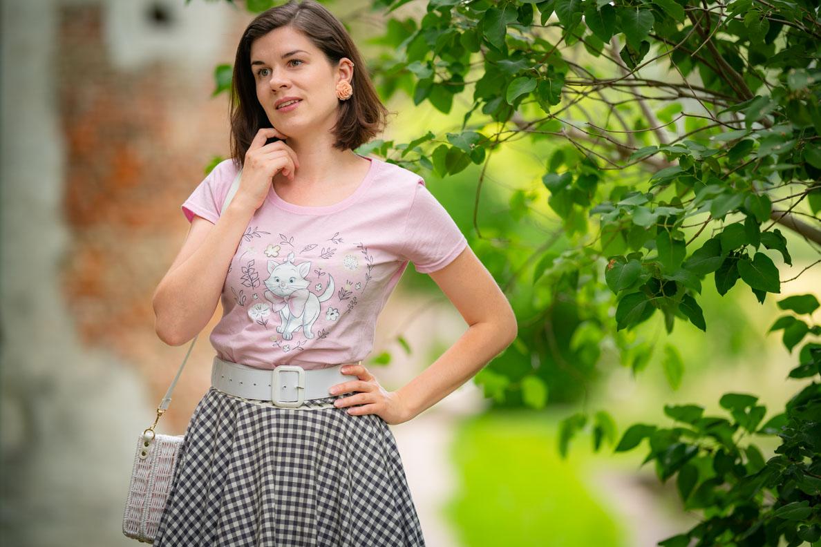 Bloggerin RetroCat mit Aristocats Shirt und natürlichem Make-up