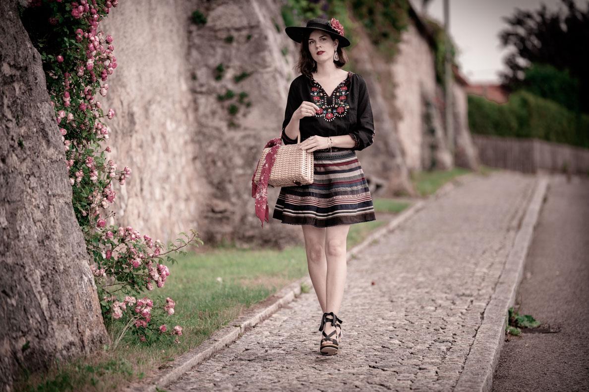 Vintage-Mode-Bloggerin RetroCat mit dem Bänderrock von Lena Hoschek und einer ungarischen Bluse