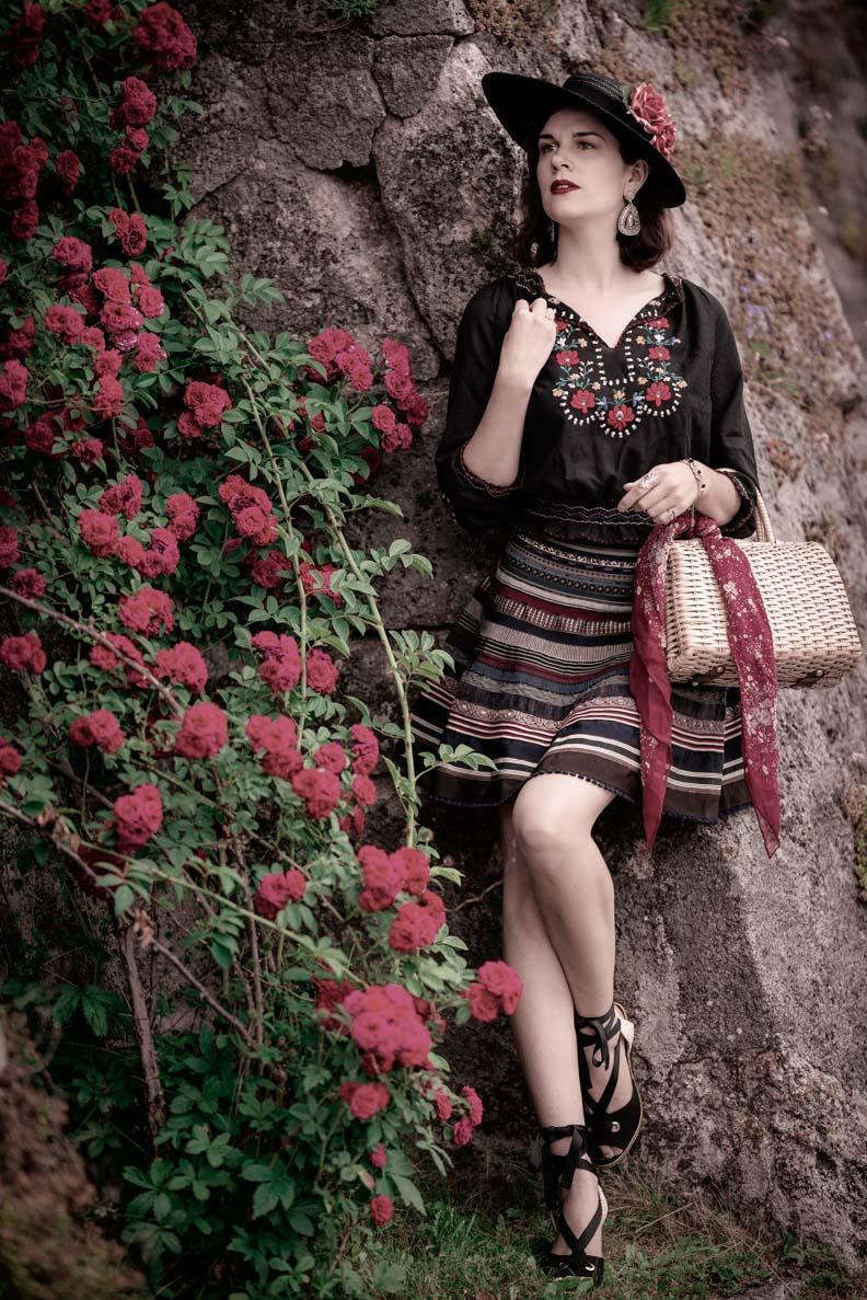 Sandra vom Vintage-Blog RetroCat mit einem romantischen Sommeroutfit im Folklore-Look