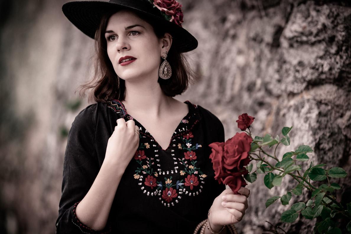 Vintage-Bloggerin RetroCat mit einer ungarischen Vintage-Bluse und einem Retro-Strohhut