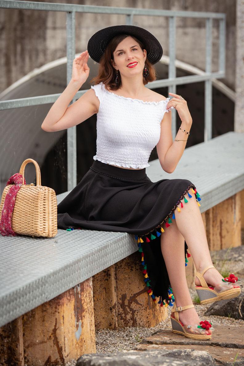 Sandra vom Vintage-Mode-Blog RetroCat mit verspieltem Tellerrock, Crop-Top und Hut