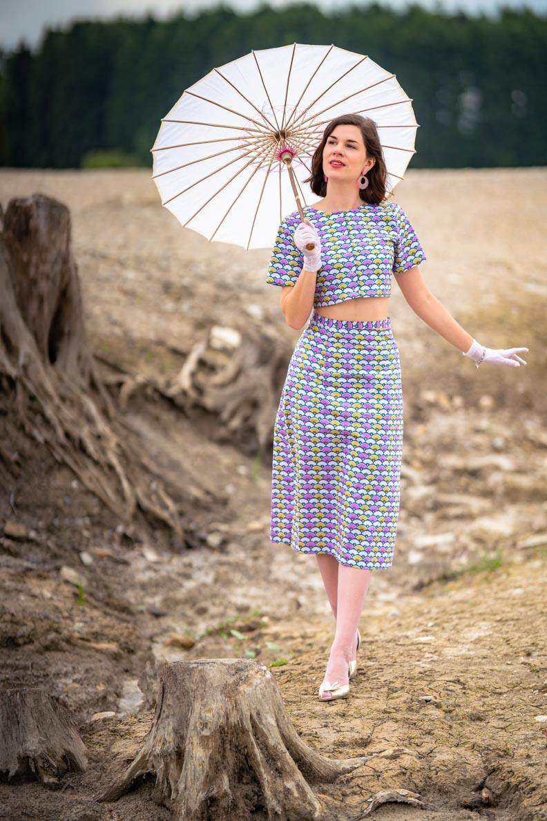 Vintage-Bloggerin RetroCat mit dem bauchfreien Fan Dress von Grünten Mode