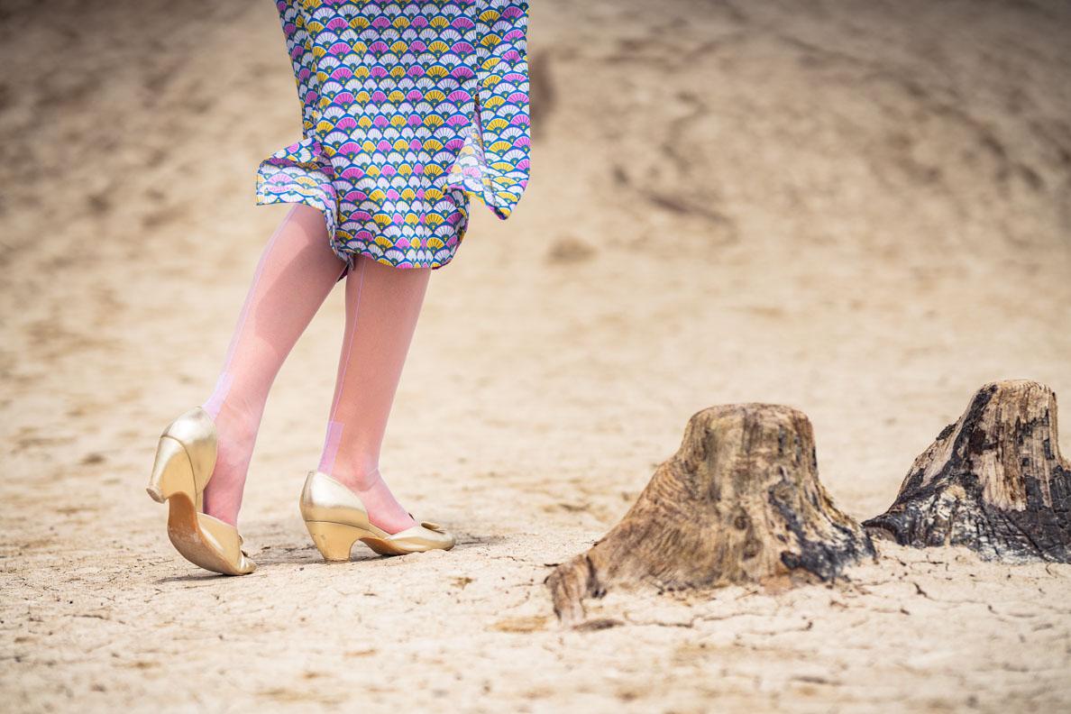 RetroCat mit lila Nahtstrümpfen von Secrets in Lace und goldenen Retro-Schuhen
