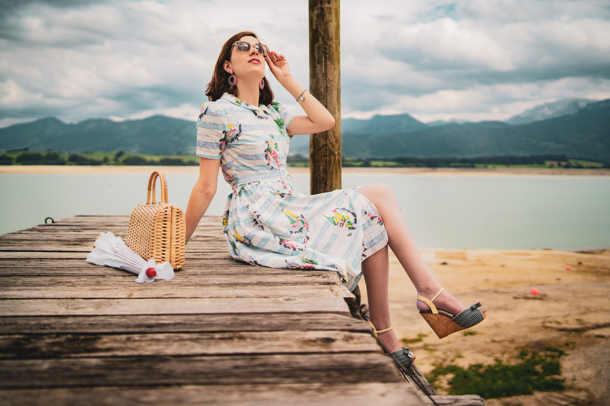 Vintage-Bloggerin RetroCat mit dem Daphne Dress in Seaside Print von The Seamstress of Bloomsbury