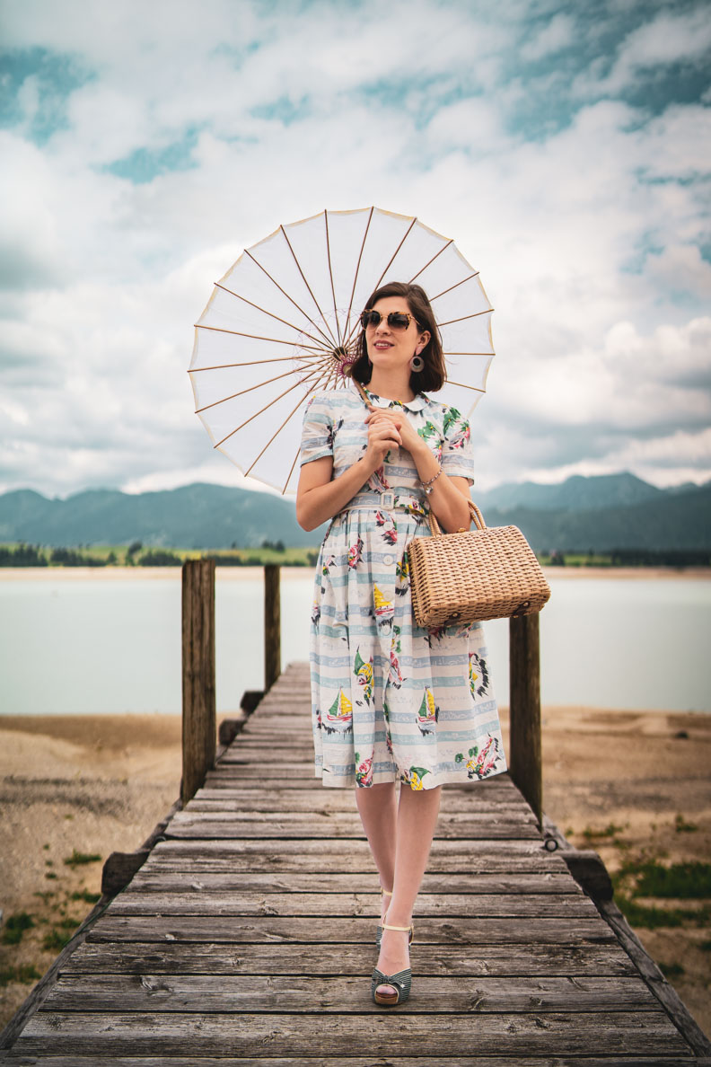 Vintage-Bloggerin RetroCat in einem maritimen Retro-Outfit am Forggensee