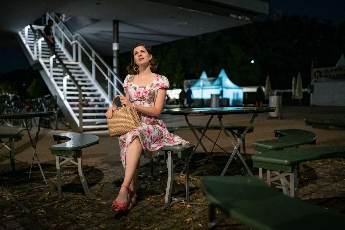 RetroCat mit einem Sommerkleid im nächtlichen Olympiapark München
