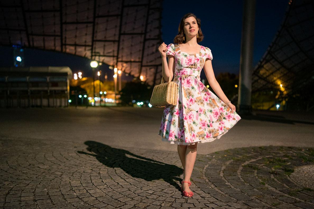 RetroCat mit dem 50er-Jahre-Sommerkleid Claudia von Dolly and Dotty im nächtlichen München