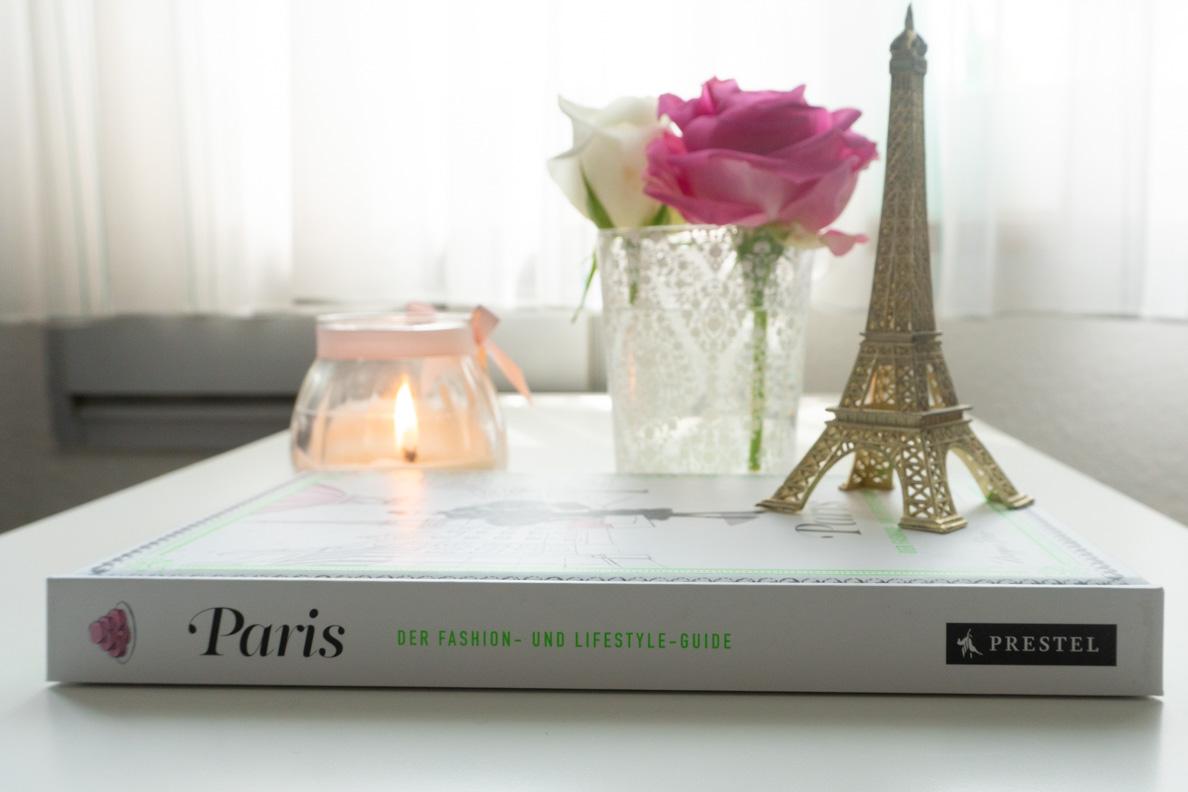 """Das Buch """"Paris: Der Fashion- und Lifestyle-Guide"""" von Megan Hess passend dekoriert"""