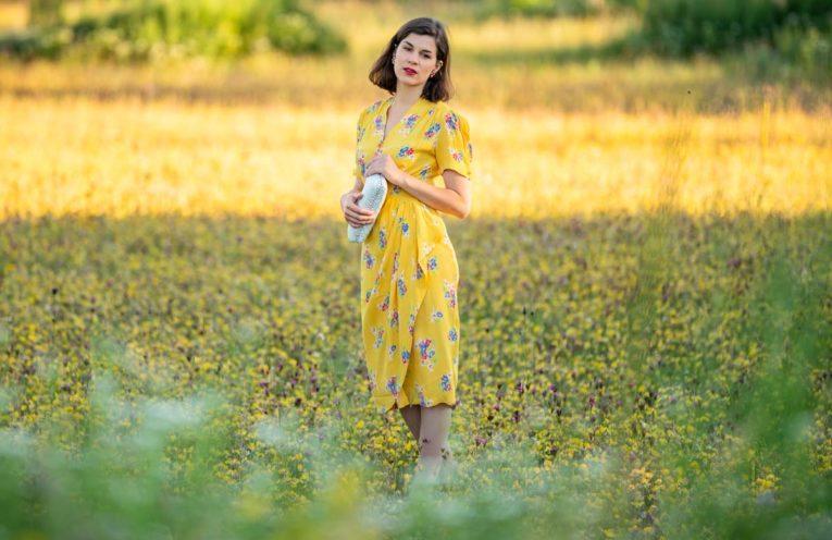 """Bienen anlocken leicht gemacht: Das knallgelbe Sommerkleid """"Mabel"""" mit Blumenprint"""