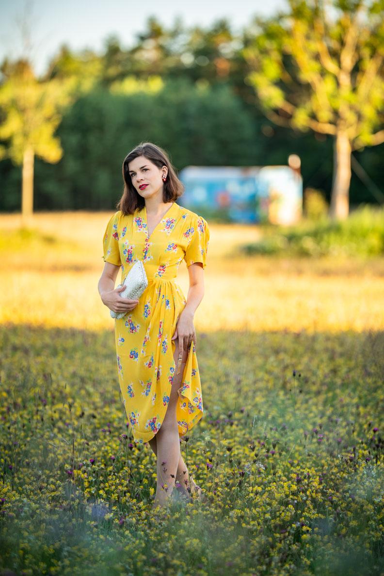 RetroCat mit einem gelben Sommerkleid und zarten Nylonstrümpfen von Secrets in Lace - Europe