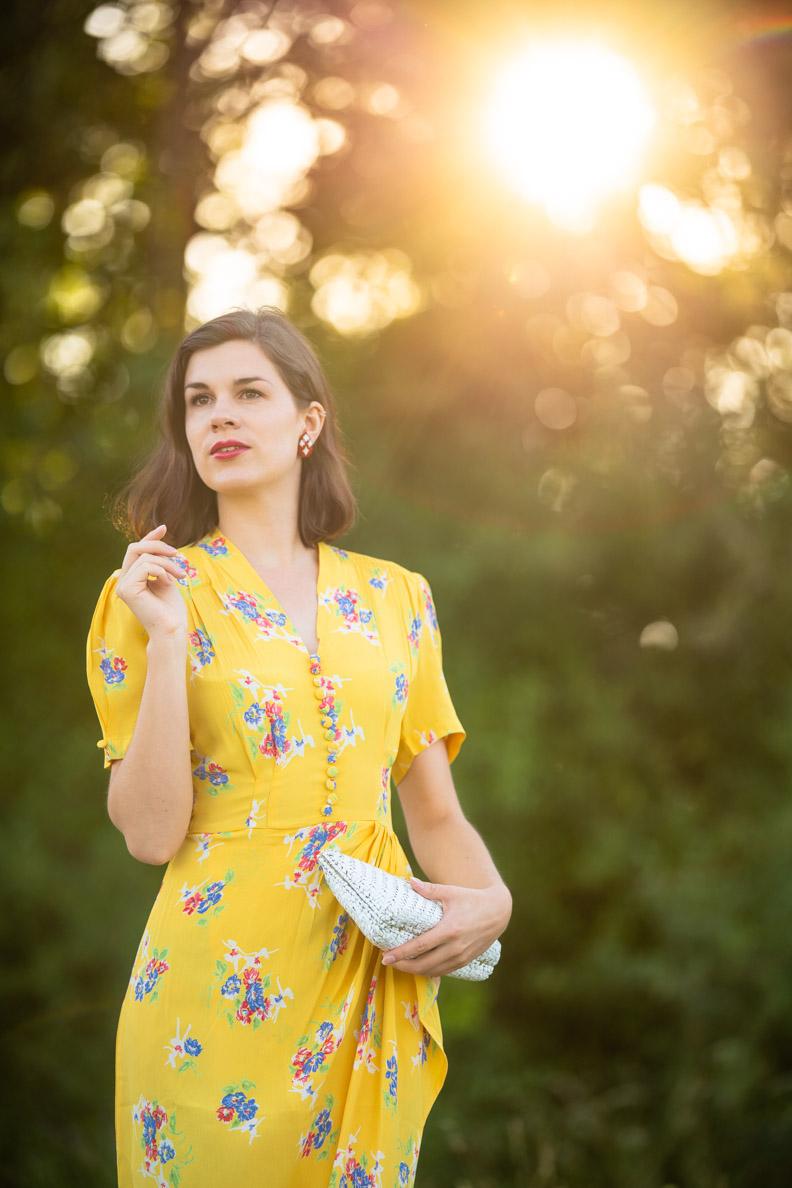 RetroCat in einem gelben 40er-Jahre-Kleid für den Sommer von The Seamstress of Bloomsbury