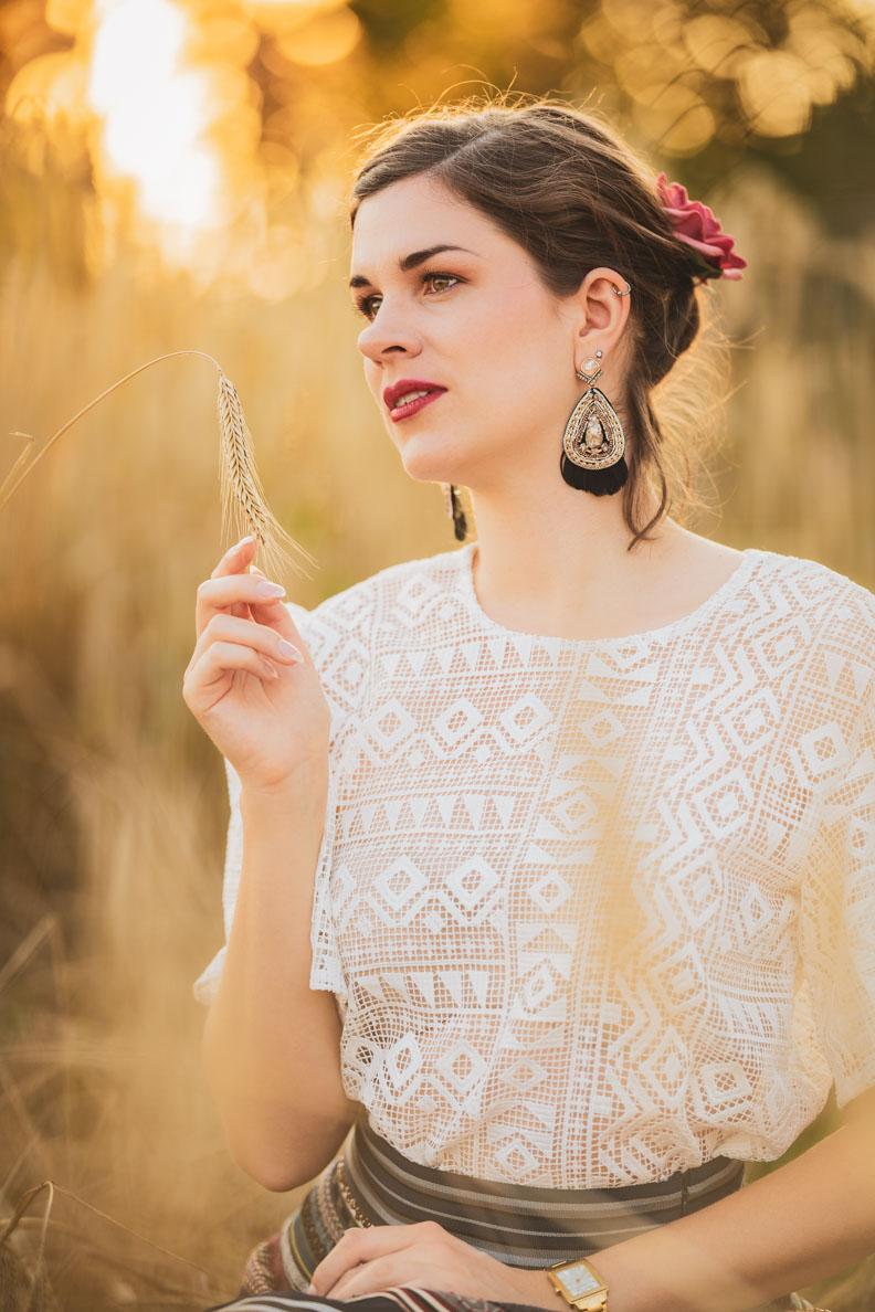 Beauty-Bloggerin RetroCat mit Vintage-Make-up und einer verspielten Frisur