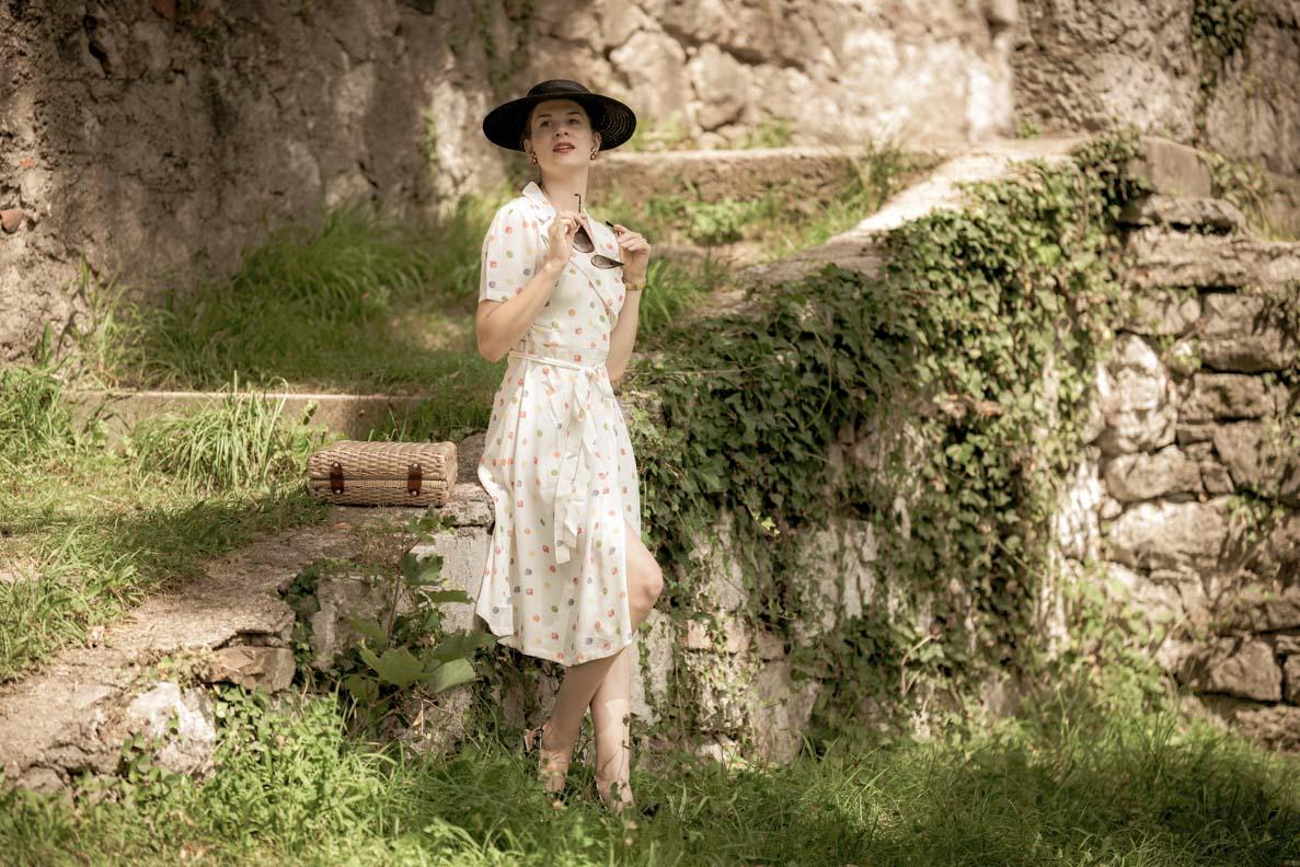 Vintage-Bloggerin RetroCat mit einem hellen 40er-Jahre-Wickelkleid von The Seamstress of Bloomsbury