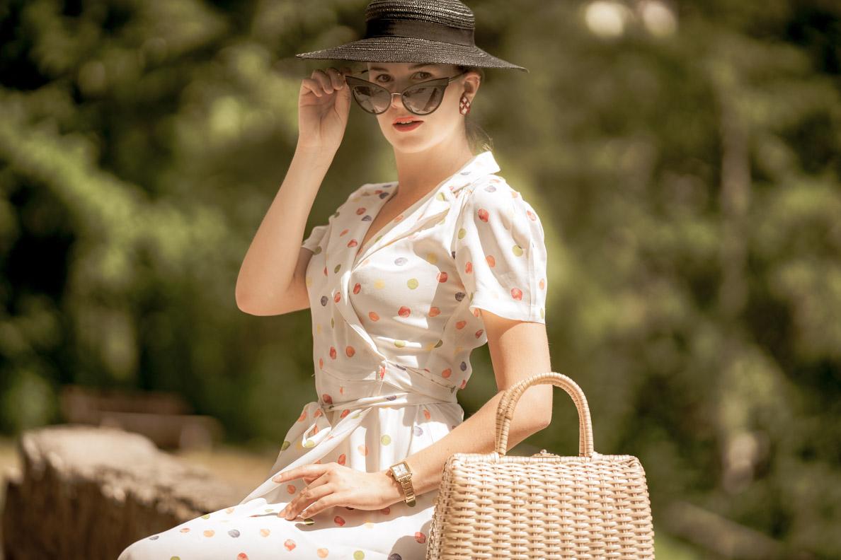 Bloggerin RetroCat mit Retro-Sonnenbrille und klassischem Make-up