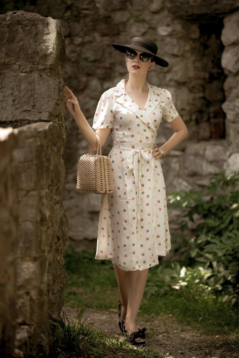 Vintage-Bloggerin RetroCat mit einem hellen Wickelkleid im Stil der 40er-Jahre