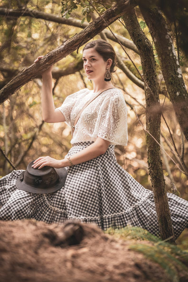 RetroCat mit einem entspannten Vintage-Outfit im Wald