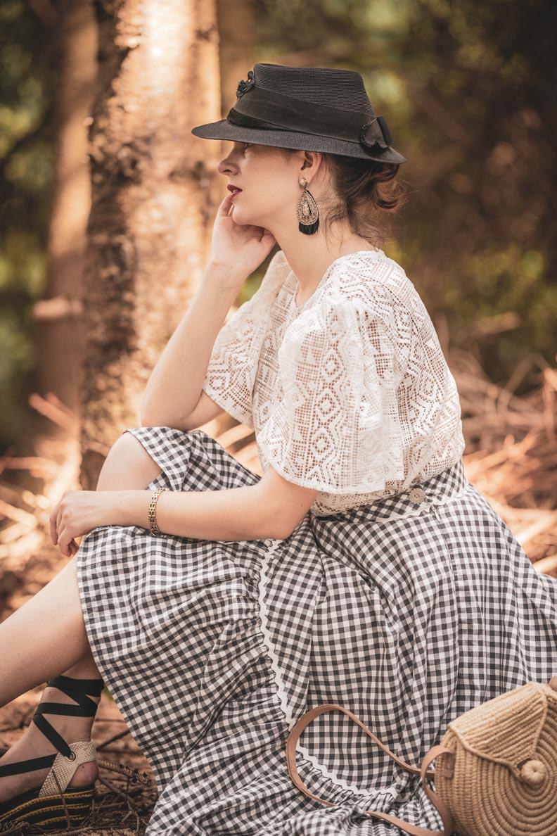 RetroCat mit weißer Spitzenbluse von Grünten Mode und einem Vichy-Rock von Lena Hoschek