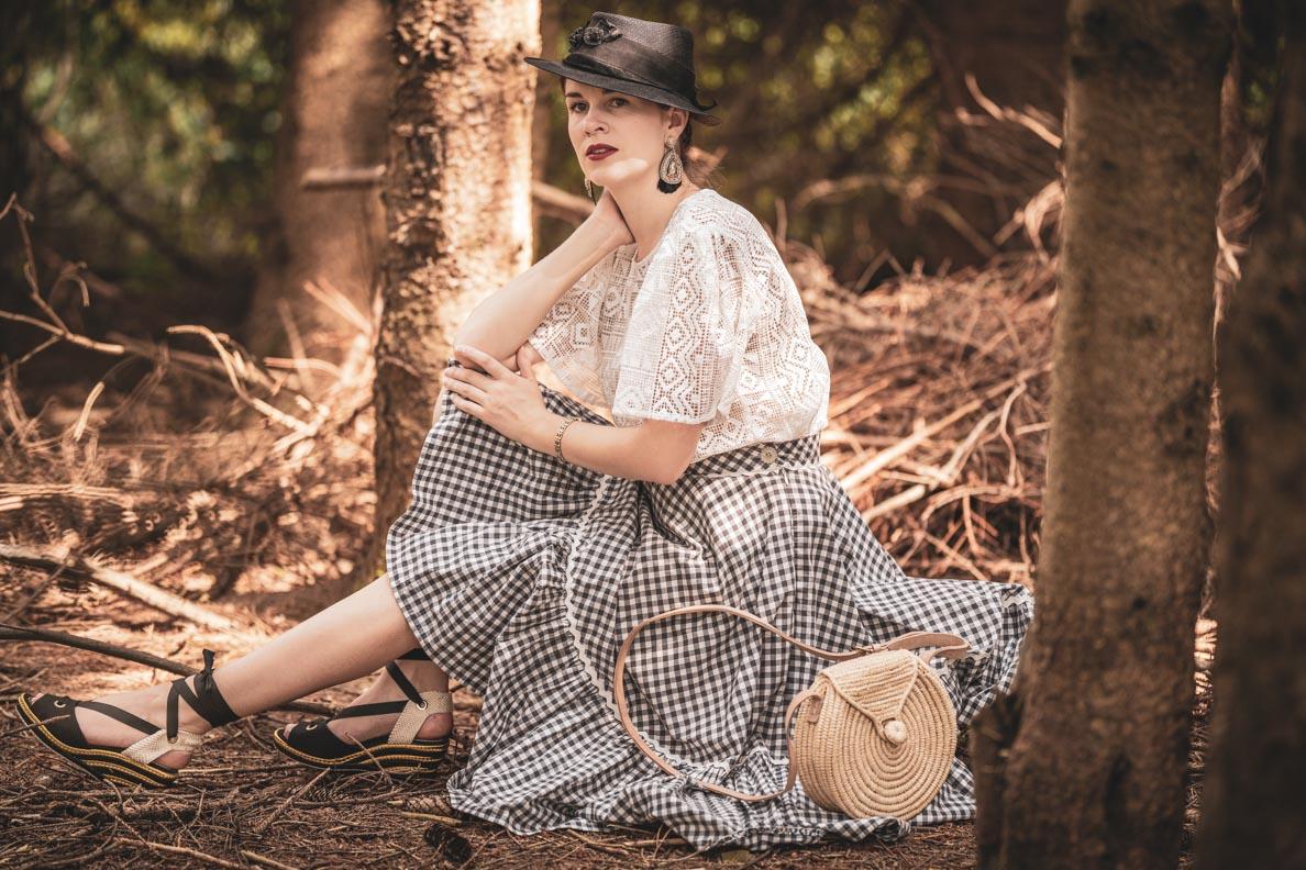 Vintage-Bloggerin RetroCat in einem Vintage-Outfit auf dem Land