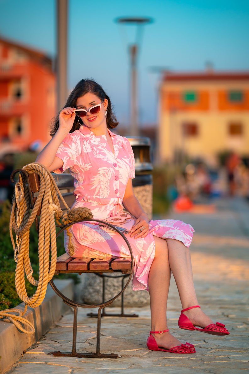 "RetroCat mit dem Kleid Lisa in ""Pink Hawaii"" von The Seamstress of Bloomsbury am Hafen"