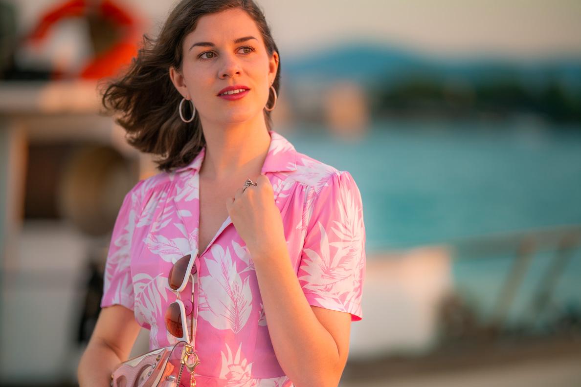 Beauty-Bloggerin RetroCat mit einem Retro-Kleid und natürlichem Make-up