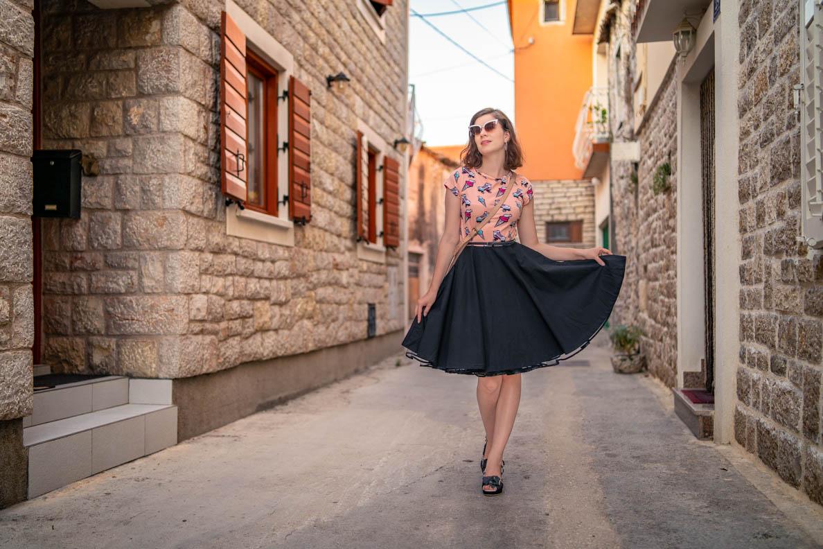 Vintage-Mode-Bloggerin RetroCat mit dem von den 50ern inspirierten Ice Cream Dress von Pussy Deluxe