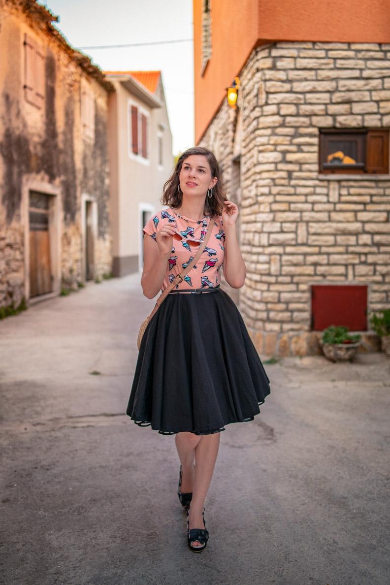 Vintage-Bloggerin RetroCat in dem Ice Cream Dress von Pussy Deluxe im Stil der 50er