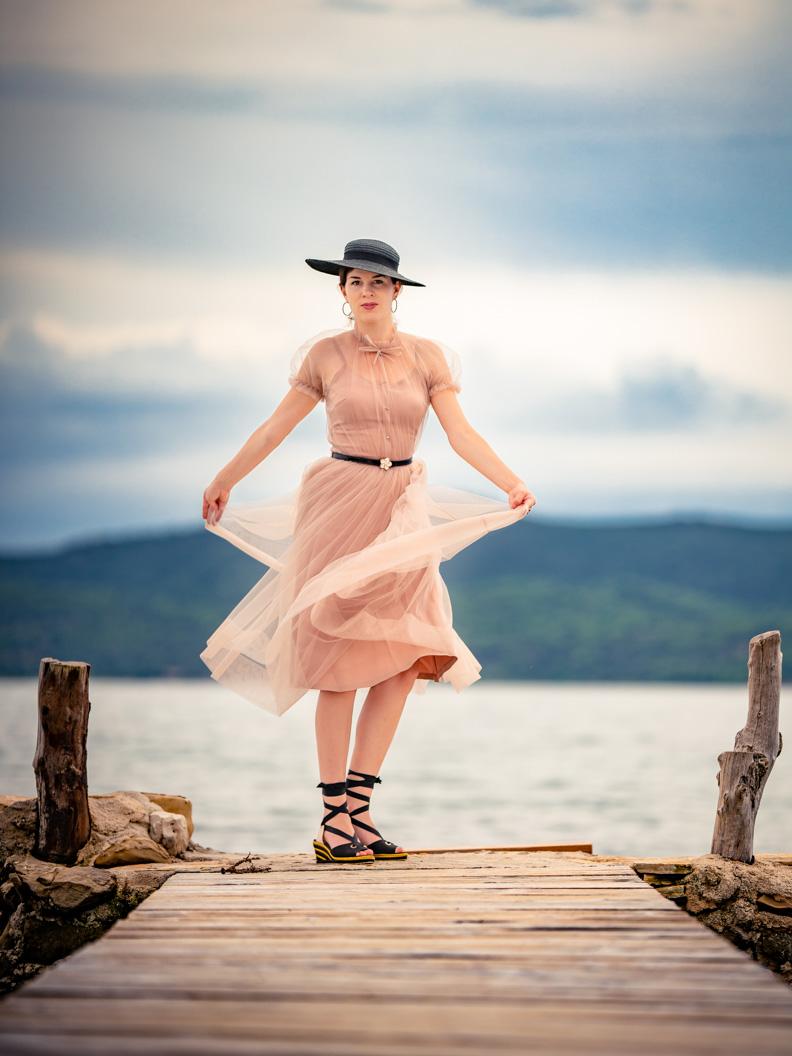 "Vintage-Mode-Bloggerin RetroCat in dem puderrosa Tüllkleid ""Bella"" von Ginger Jackie"
