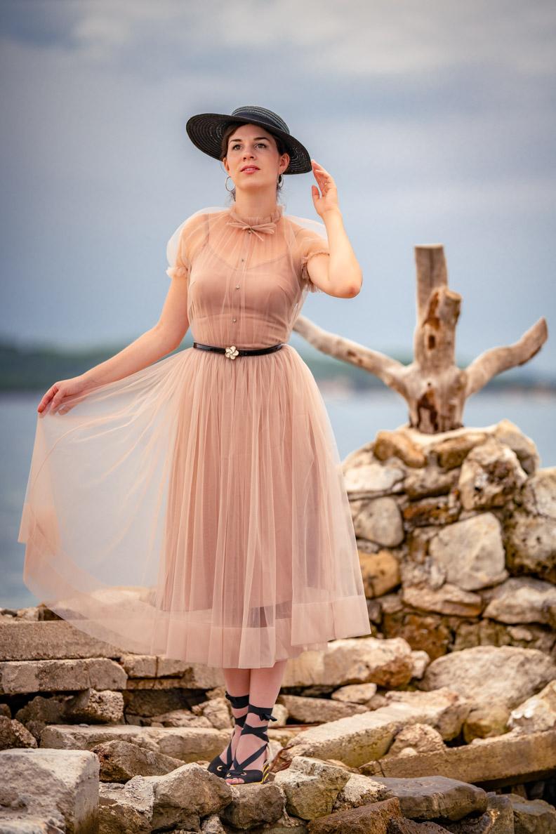 Vintage-Fashion-Bloggerin RetroCat mit einem puderrosa Tüllkleid von Designerin Ginger Jackie aus Russland