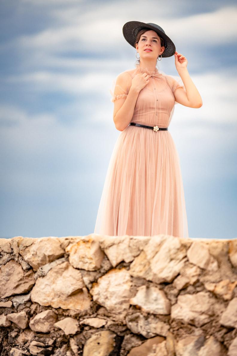 Vintage-Bloggerin RetroCat in einem rosa Tüllkleid von Ginger Jackie
