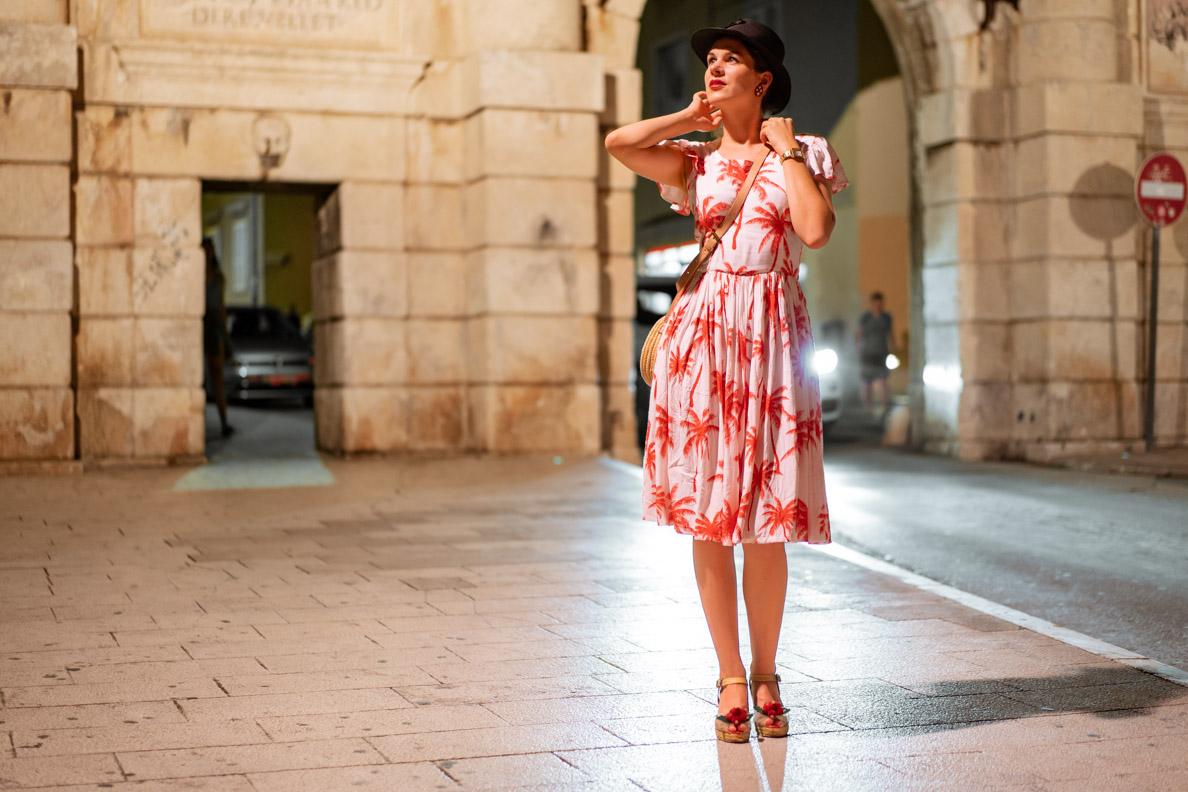 RetroCat mit einem Palmen-Kleid von Grünten Mode und Vintage-Accessoires