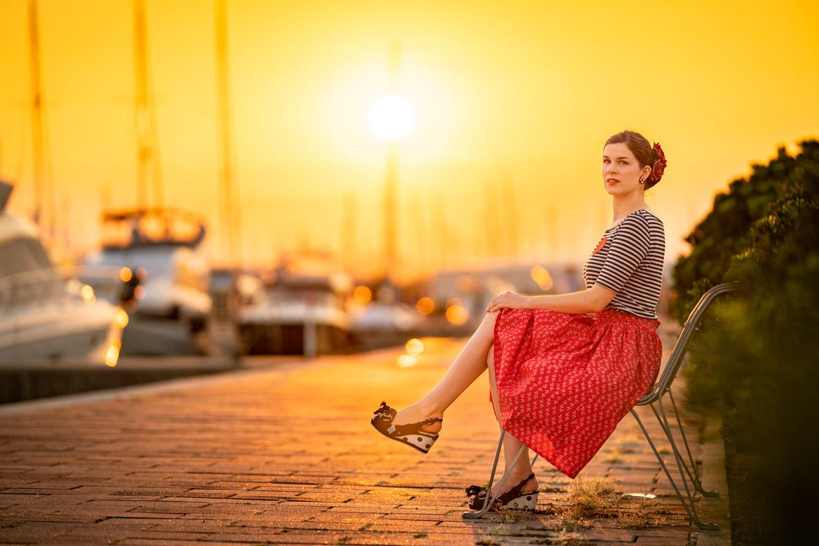 Sandra vom V intage-Blog RetroCat mit dem Sailor Girl Outfit von Grünten Mode in der goldenen Stunde