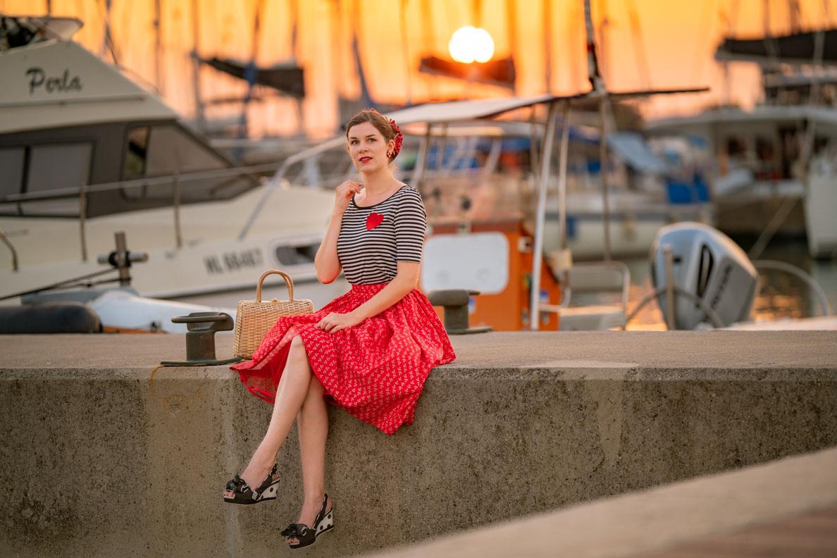 Vintage-Bloggerin RetroCat mit einem maritimen Retro-Outfit von Grünten Mode am Hafen in Kroatien
