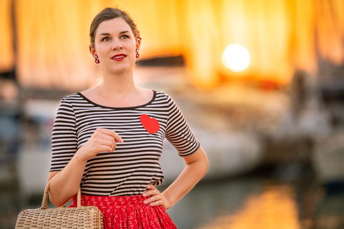 Vintage- und Beauty-Bloggerin RetroCat mit einem klassischen Retro-Make-up passend zum maritimen Look